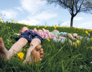 Frühlingswiese mit Kindern, Frühsommer in Vorarlberg © Ludwig Berchtold / Vorarlberg Tourismus