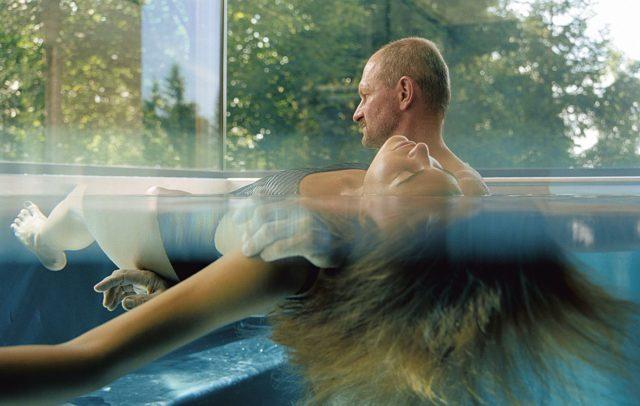 Entspannung im Wasser im Wellnesshotel Gesundheitszentrum Rickatschwende, Dornbirn Bödele (c) Hotel Rickatschwende