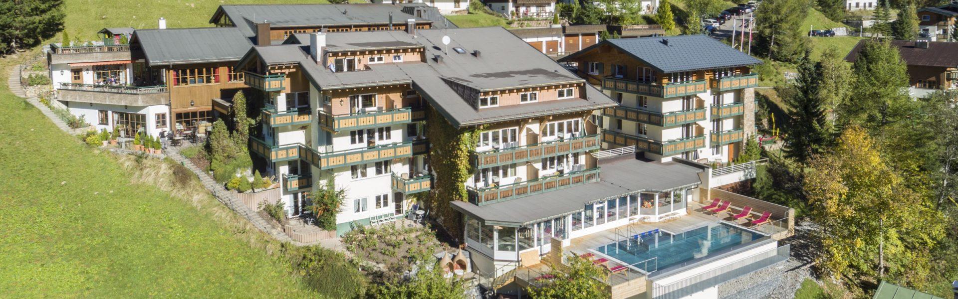 Top Family Familienhotel Kleinwalsertaler Rosenhof, Mittelberg, Luftaufnahme © Ingo Wandmacher/Der Kleinwalsertaler Rosenhof