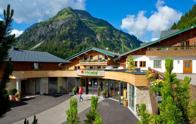 Top Family Familienhotel Kleinwalsertaler Rosenhof, Mittelberg, Eingangsbereich © Der Kleinwalsertaler Rosenhof