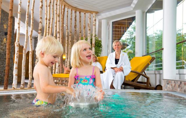 Top Family Familienhotel Kleinwalsertaler Rosenhof, Mittelberg, Kinder im Schwimmbad © Der Kleinwalsertaler Rosenhof