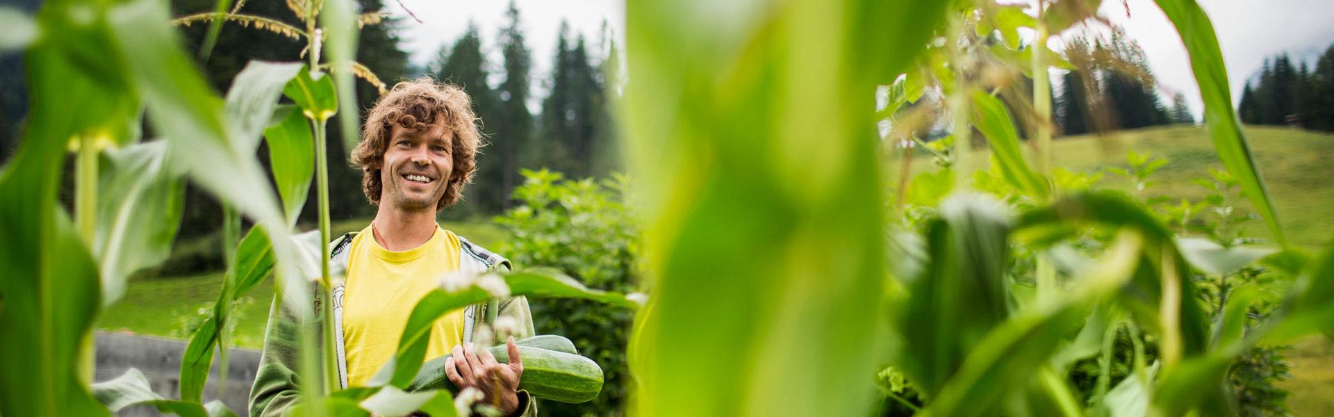 Permakulturgärtner Andreas Haller in seinem Garten im Kleinwalsertal, Genussmenschen in Vorarlberg© Darko Todorovic