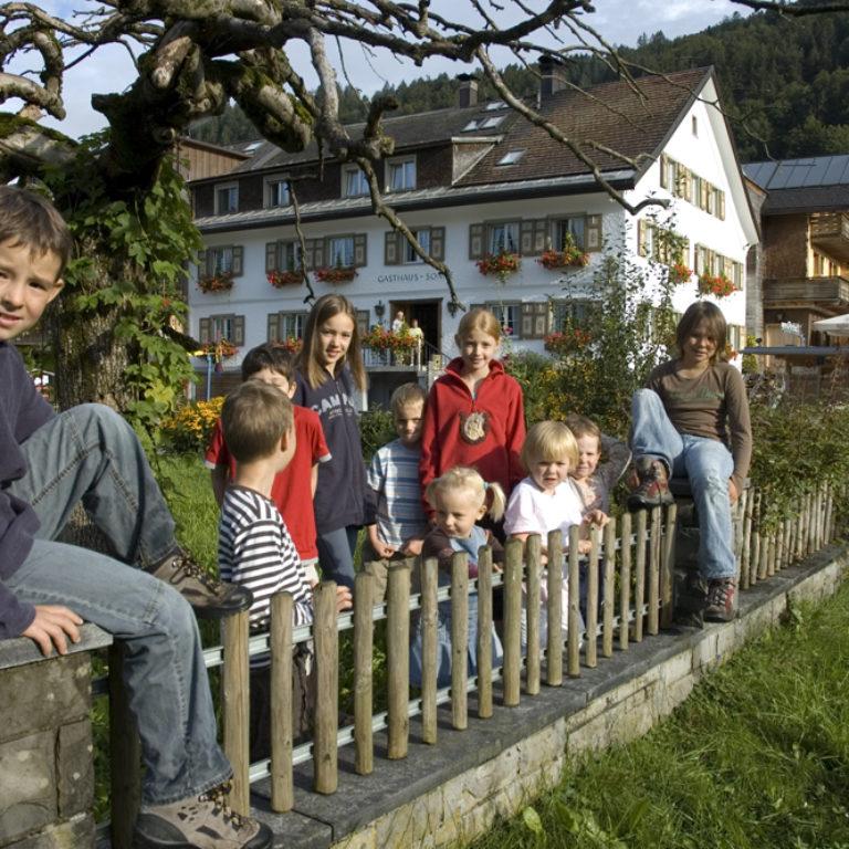 Top Family Familienhotel - dieSonnigen Hotel & Appartements, Bezau, Bregenzerwald, Außenansicht Sommer © dieSonnigen Hotel & Appartements