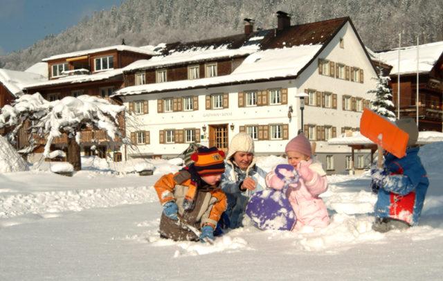 Top Family Familienhotel - dieSonnigen Hotel & Appartements, Bezau, Bregenzerwald, Außenansicht Winter © dieSonnigen Hotel & Appartements