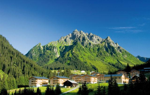 Top Family Familienhotel Ferienpark Landal Hochmontafon, Gargellen, Außenansicht Sommer © Landal GreenParks