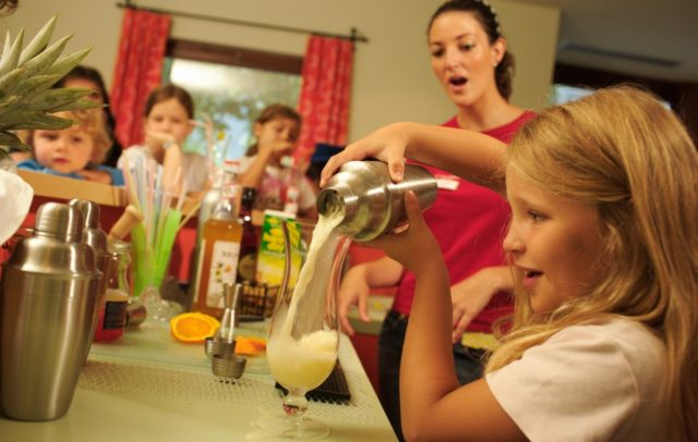 Top Family Familienhotel Lagant, Brandnertal, Alpenregion Bludenz, Kinderbetreuung, Cocktails mixen © Bernhard Huber / Familienhotel Lagant