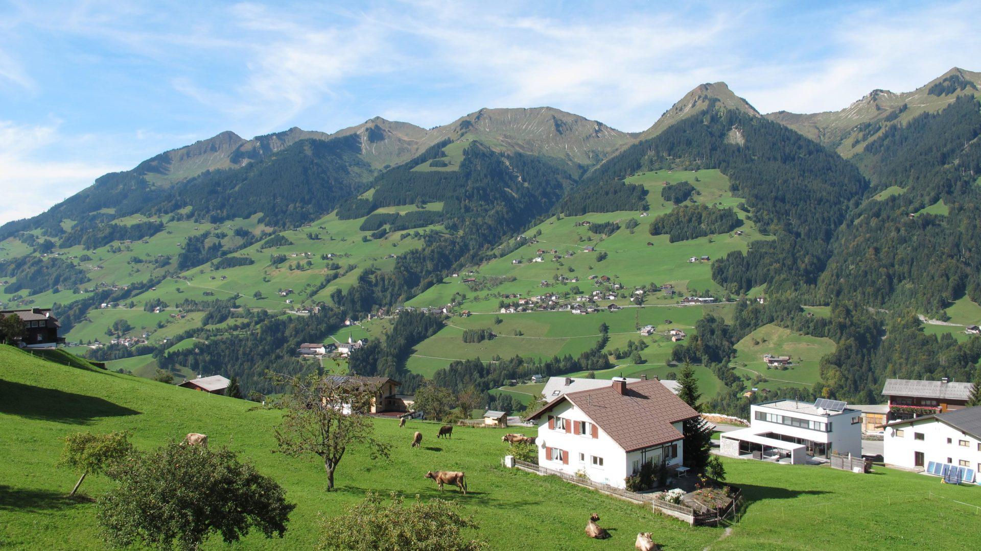 Blick von Raggal auf die Sonnenseite des Großen Walsertals mit St. Gerold und dem Walser Kamm im Hintergrund