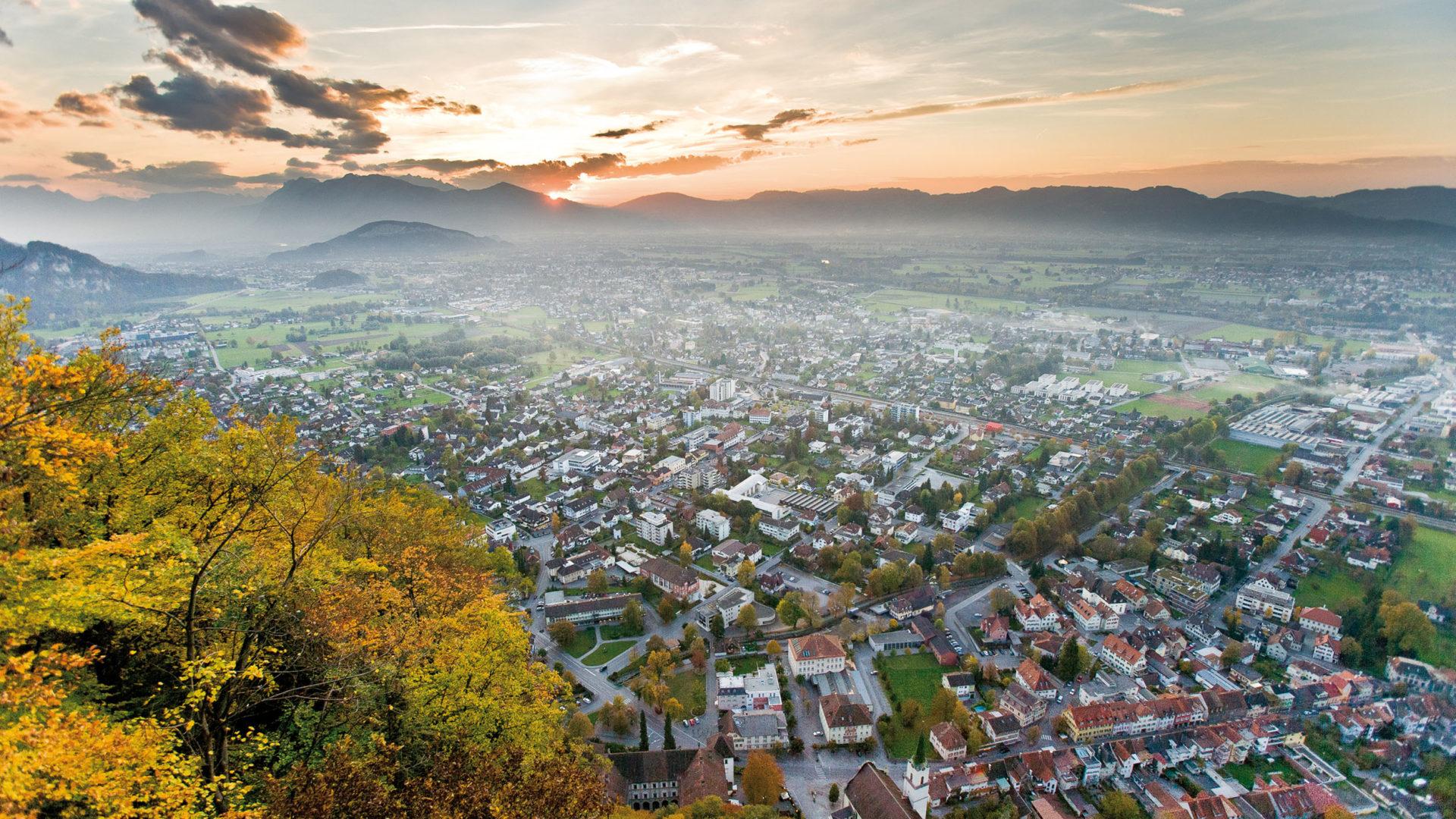 Hohenems, Erlebnis Stadt, Blick vom Schloßberg Richtung Oberland (c) walser-image.com