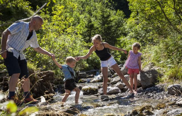 Familie am Wasserspielplatz im Brandnertal © Bernhard Huber/Alpenregion Bludenz Tourismus GmbH