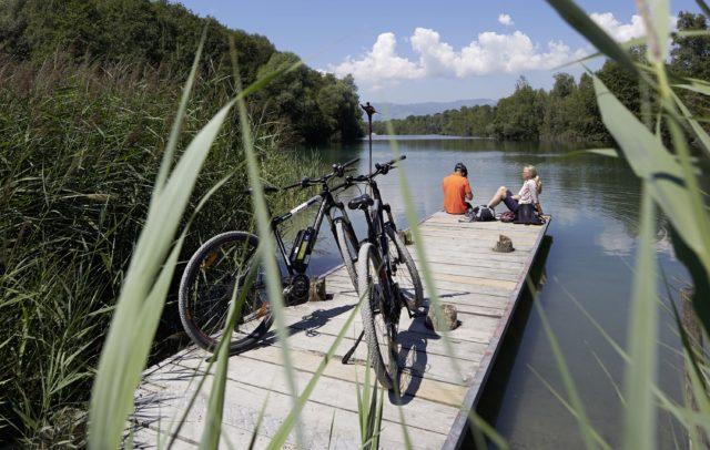E-Bike Vorarlberg, Rast am Alten Rhein (c) Peter Mathis / Vorarlberg Tourismus