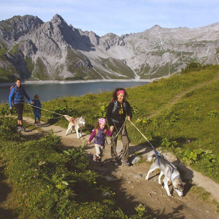 Familienwandern-Huskywanderung-am-Lünersee-c-Udo-Bernhart-Österreich-Werbung