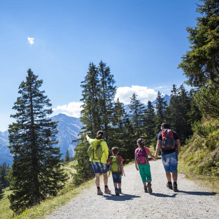 Familienwanderung mit Aussicht im Brandnertal © Berhand Huber / Alpenregion Bludenz Tourismus