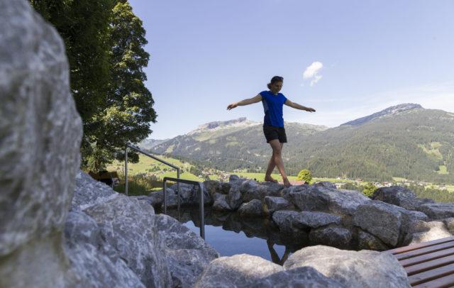 Naturerlebnisplatz-Wassertretbecken-Kneipp-Schwand©Oliver-Farys-Kleinwalsertal-Tourismus