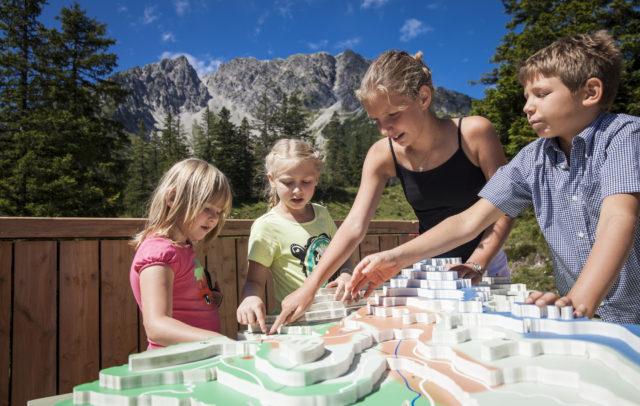 Familienwanderung am Natursprüngeweg, Station Jagd © Bernhard Huber/Alpenregion Bludenz Tourismus GmbH