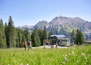 Bergstation Palüdbahn, Sommer mit Wanderer (c) Alex Kaiser-Alpenregion Bludenz GmbH