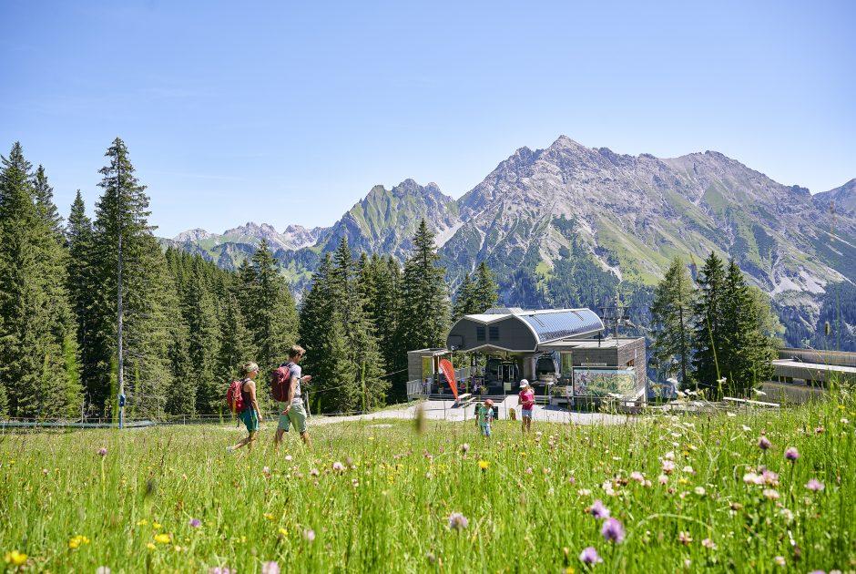 Bergstation Palüdbahn Sommer mit Wanderer (c) Alex Kaiser-Alpenregion Bludenz GmbH