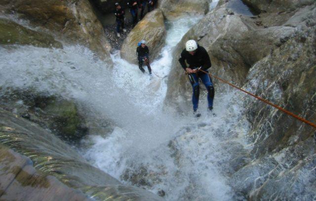 Canyoning - Abseilen über einen Wasserfall, (c) High 5