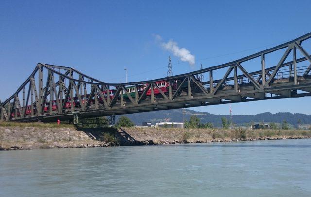 Rheinbähnle auf der Wiesenrainbrücke (c) Schweizerischer-Pontonier-Sportverband / Rhein-Schauen