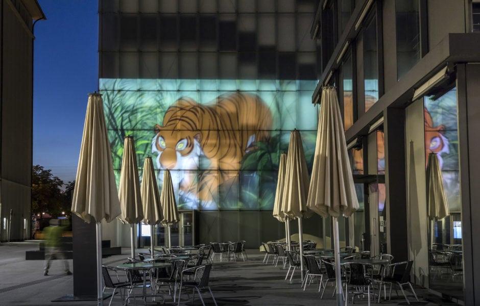 Die reine Notwendigkeit / The Pure Necessity, 2016 Installationsansicht Fassade, Kunsthaus Bregenz, 2018 (c) Foto: Markus Tretter Courtesy of David Claerbout © David Claerbout, Kunsthaus Bregenz