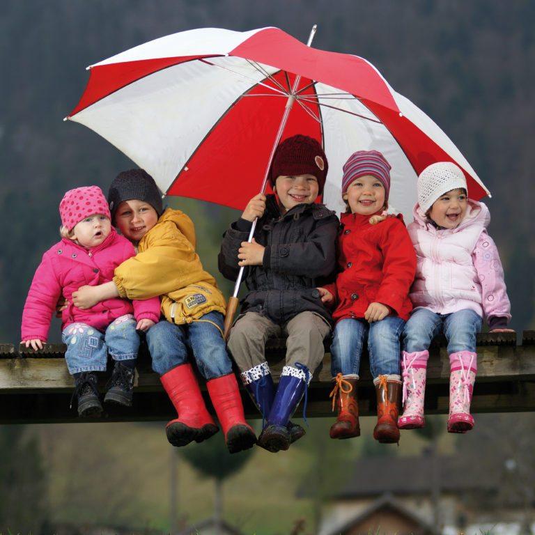 Aprilwetter, Kinder mit Regenschirm © Ludwig Berchtold/Vorarlberg Tourismus