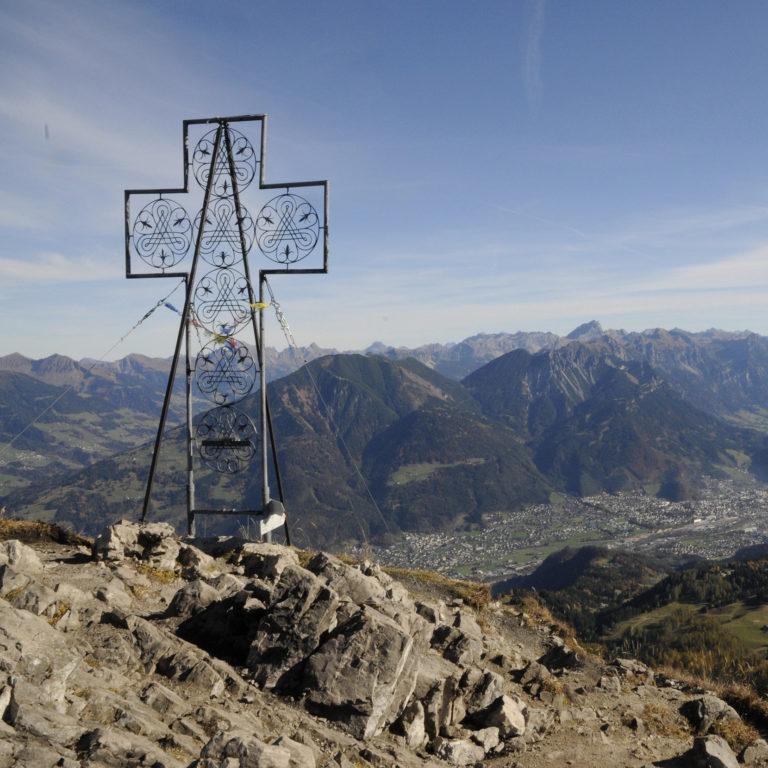 Am Gipfel der Mondspitze Rund 1.400 Meter unterhalb breitet sich die Alpenstadt Bludenz aus, das Klostertal schlängelt sich Richtung Arlbergpass. © Peter Freiberger / Vorarlberg Tourismus