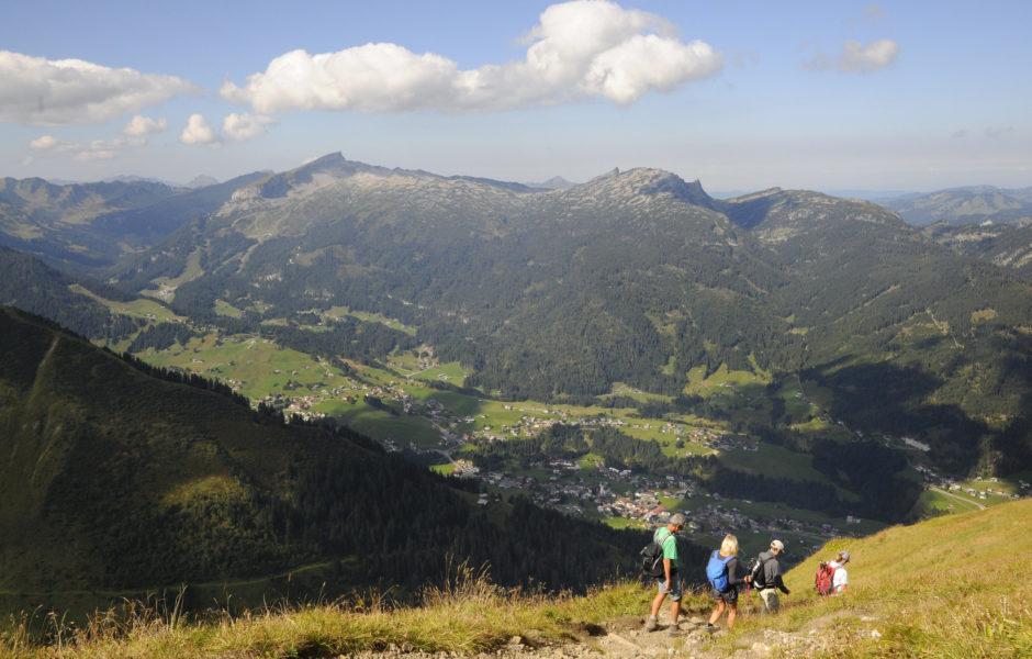 Wunderbarer Blick ins Kleinwalsertal und zum Hohen Ifen (links). © Peter Freiberger / Vorarlberg Tourismus