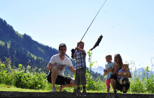 Top Family Familienhotel Alpenresort Walsertal, Angeln im hauseigenen Fischteich © Alpenresort Walsertal
