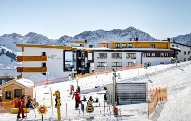 Top Family Familienhotel Alpenresort Walsertal, Außenansicht Winter mit Kinderland © Matthias Rhomberg, Alpenresort Walsertal