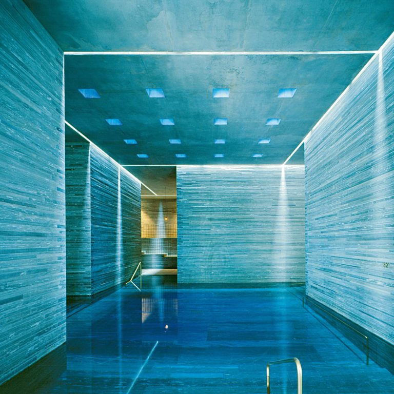 Innenbad mit Lichtstimmung (c) Therme Vals