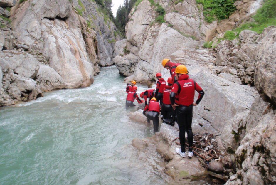 Wildwasserschwimmen in Warth-Schröcken (c) Alpinschule Widderstein