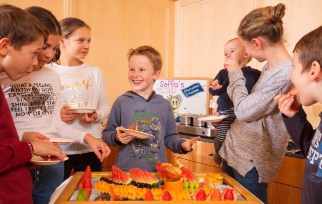 Top Family Familienhotel, dieSonnigen Bezau, Kinderbuffet © Ingo Wandmacher/dieSonnigen
