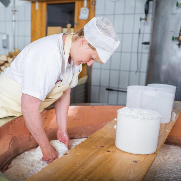 Sura Kees Herstellung auf der Alp Nova im Montafon © Stefan Kothner / Montafon Tourismus GmbH, Schruns