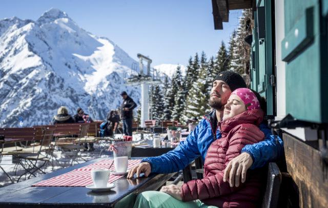 Winter mit der Familie bei der Hütteneinkehr auf der Sonnaalp im Kleinwalsertal © Dominik Berchtold / Kleinwalsertal Tourismus eGen