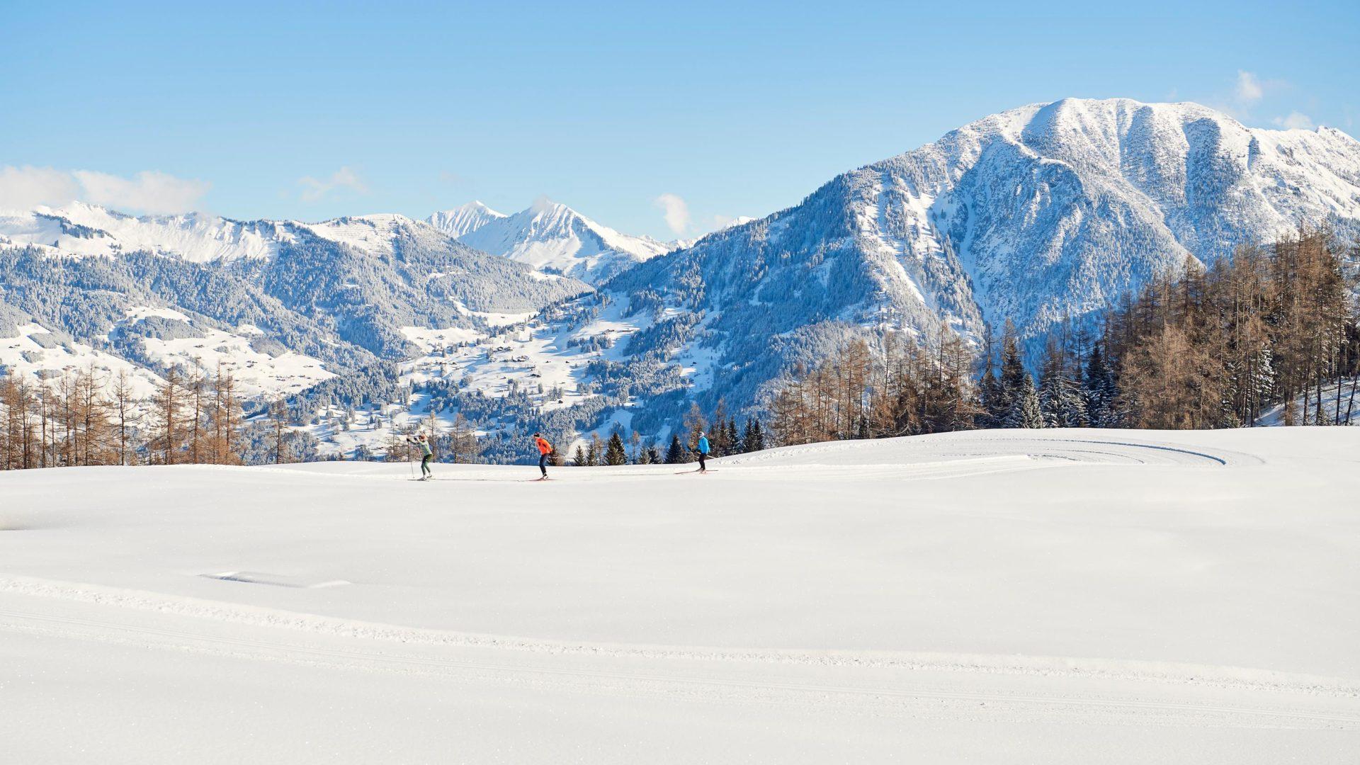 Langlaufen mit Panoramablick Richtung Großes Walsertal