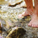 Barfuß durchs Wasser stapfen