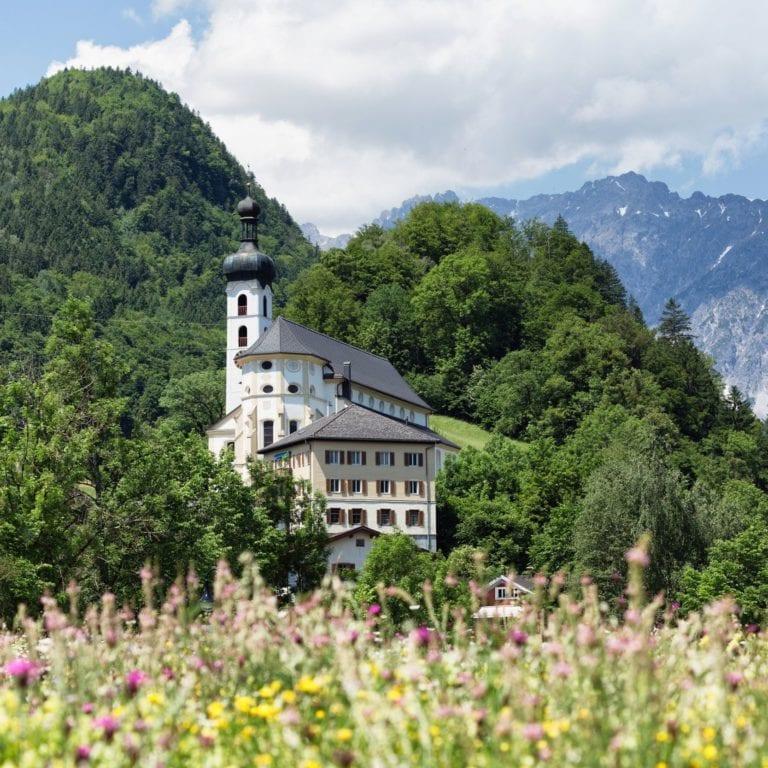 Blick auf die Tschaggunser Kirche,