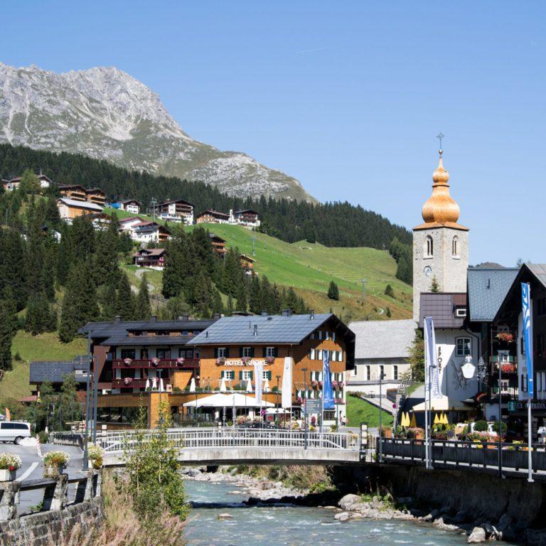 Lech am Arlberg, mit Pfarrkirche (c) Bernadette Otter / Lech Zürs Tourismus