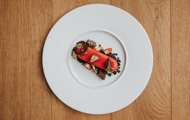 Mirrorglaze Dessert Erdbeermousse, Rhabarber, Rote Bete Eis, Schokoladenerde © Angela Lamprecht / Vorarlberg Tourismus