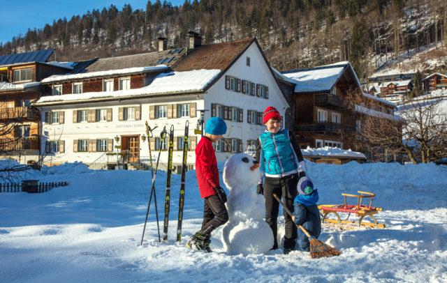 Schneemann bauen (c) Familienhotel die Sonnigen, Bezau