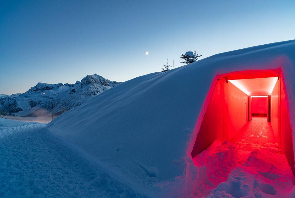 Eingang zum Skyspace in Oberlech mit Omeshorn im Hintergrund © Oberhauser Photography / Vorarlberg Tourismus
