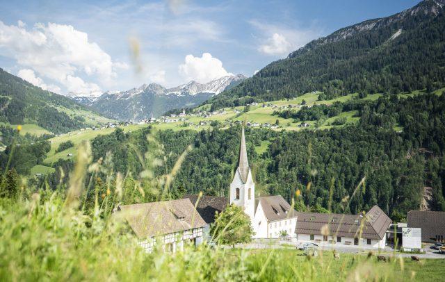 Blick über die Propstei St. Gerold nach Raggal © Dietmar Denger / Vorarlberg Tourismus