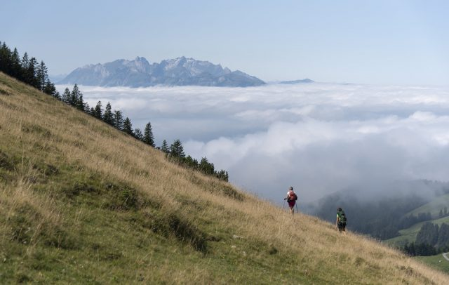 Alpstein_Abstieg zum Treietpass_Wanderer_Hochnebel © Martin Vogel / Vorarlberg Tourismus