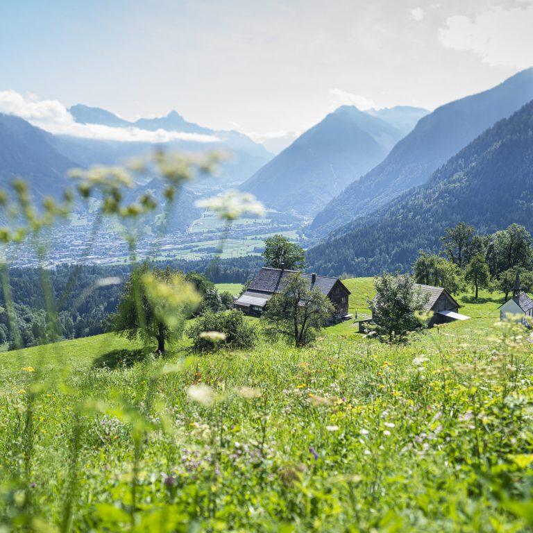 Blick vom Bürserberg auf Bludenz, Großes Walsertal und Klostertal 2 © Dietmar Denger / Vorarlberg Tourismus