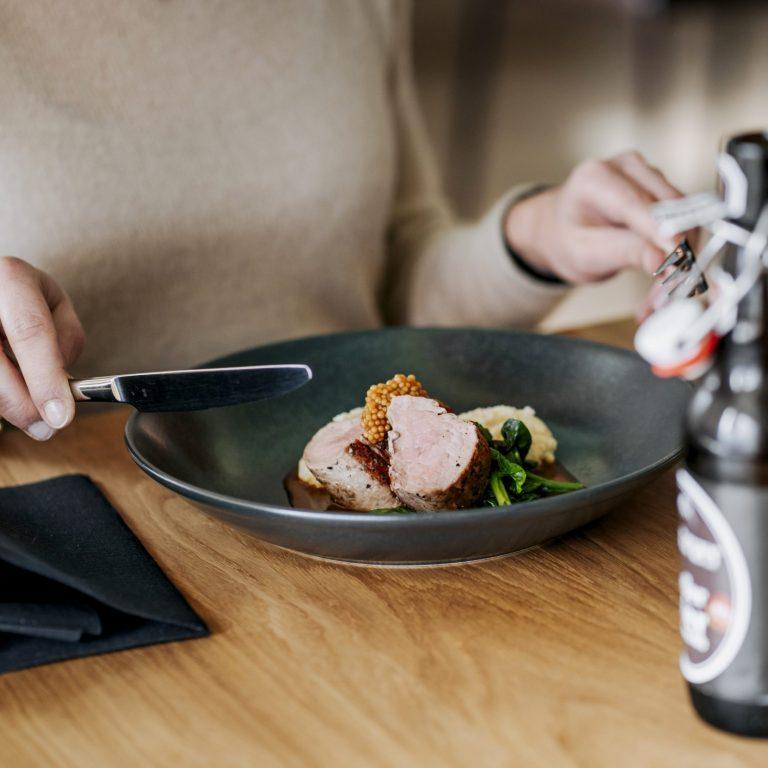Schweinefilet mit Kellerbierjus, cremiger Riebelpolenta, Blattspinat und Senfkaviar © Angela Lamprecht / Vorarlberg Tourismus