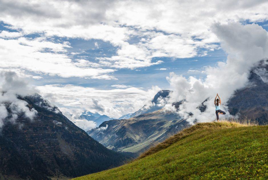 Yoga in Lech am Arlberg (c) Lech Zürs Tourismus-Hanno Mackowitz