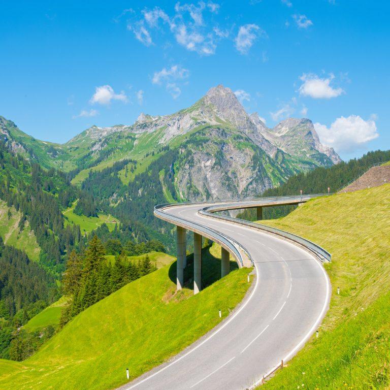 Strasse Hochtannbergpass mit Hochkünzelspitze, Bregenzerwald, Serviceline Verkehr © Popp Hackner / Vorarlberg Tourismus