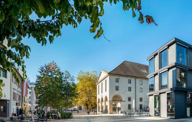 Kornmarktplatz Bregenz im Herbst, Landestheater (c)