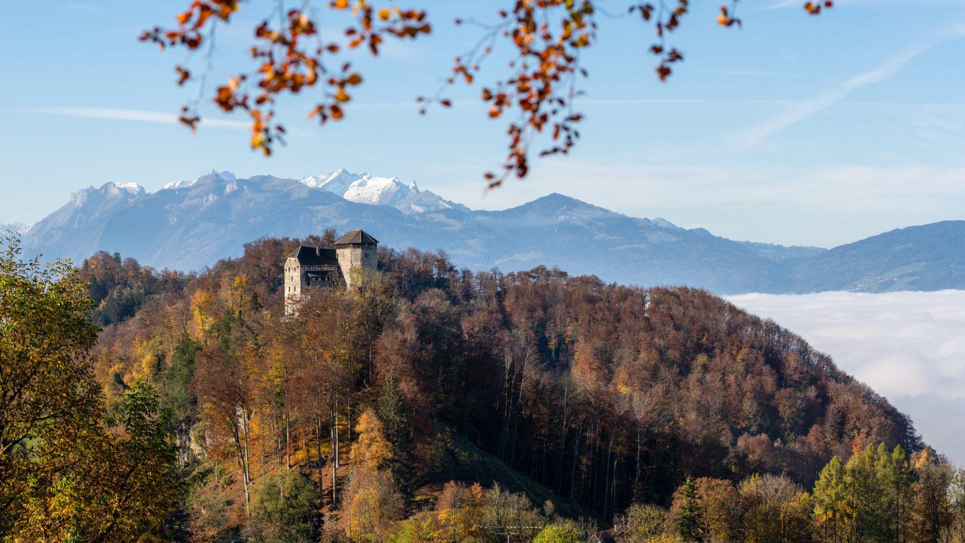 Schloss Glopper mit Schweizer Bergen © Oberhauser Photography / Vorarlberg Tourismus